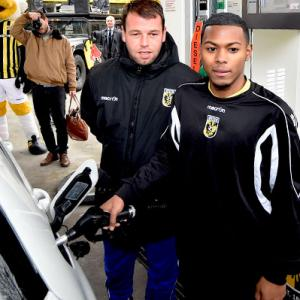 VIDEO Nicky Hofs opent Vitesse Tankstation